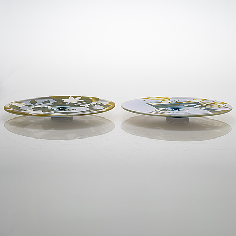 Kerttu nurminen, two decorative dishes, signed kerttu nurminen, nuutajärvi notsjö 1989, numbered 14/40 and 24/40.