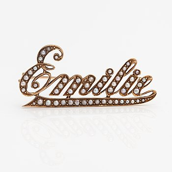 An 18K gold 'Emilie' brooch with pearls.