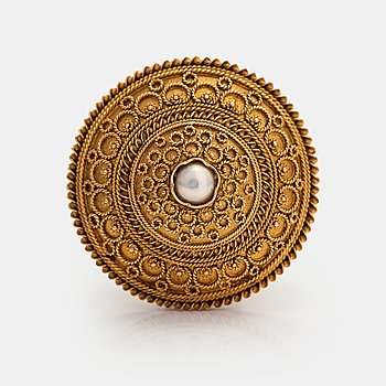 Otto Roland Mellin, An 18K gold brooch with a pearl. Helsinki 1906.