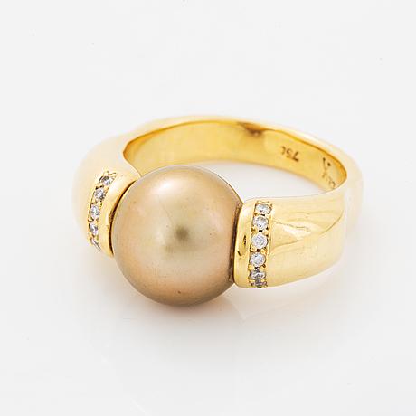Ring, med odlad söderhavspärla och briljantslipade diamanter.