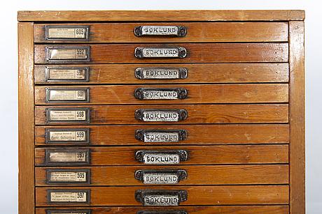 """Arkivskåp för typsnitt, """"boklund"""" omkring 1900."""