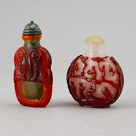 A set of two peking glass snuff bottles with stoppers, qing dynasty, 20th century.