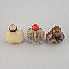 Snusflaskor, tre stycken, sten samt insidesmålat glas. kina.