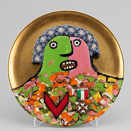 "Enrico baj, tallrik, porslin, ""l'ultimo dei generali"", ceramica franco pozzi, numrerad 649/3000."