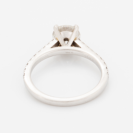 Round brilliant-cut diamond ring, de beers, with gia-certificate.
