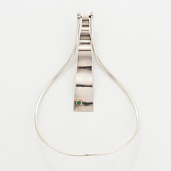 A silver necklace set with a green agate by S Hellqvist.