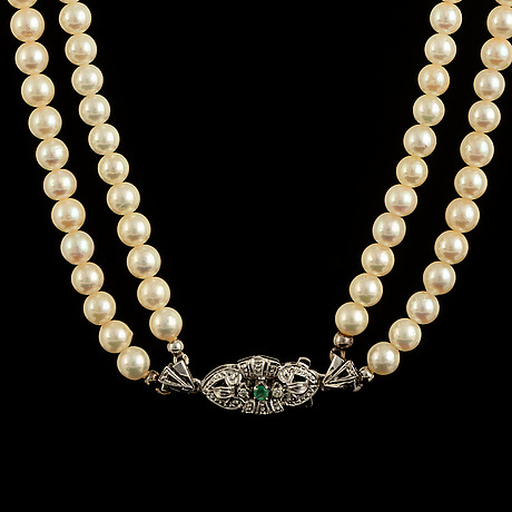 Cultured pearl necklace, clasp white gold with diamond and emerald.