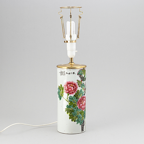 A chinese famille rose hat stand, turn into a table lamp, 20th century.