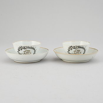 A pair of grisaille export porcelain cups with saucers, Qing dynasty, Qianlong (1736-95).