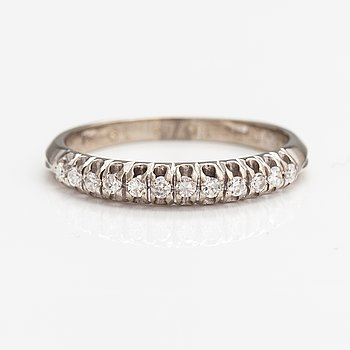 An 18K white gold ring with diamonds ca. 0.36 ct in total.
