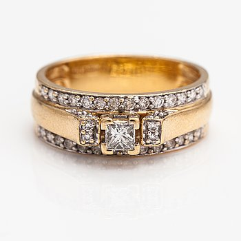 An 18K gold ring with diamonds ca. 0.76 ct in total.