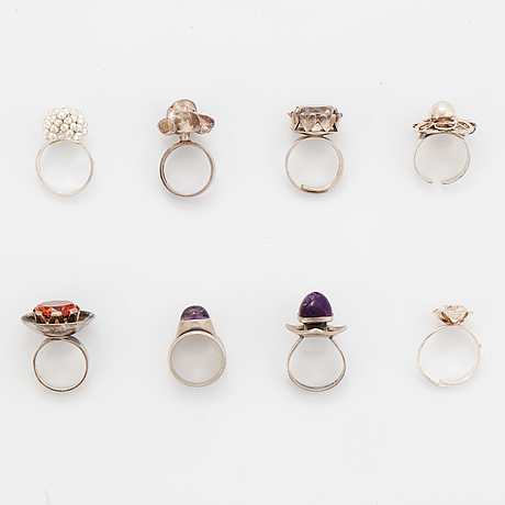 Eight rings in silver, some with synthetic stones.