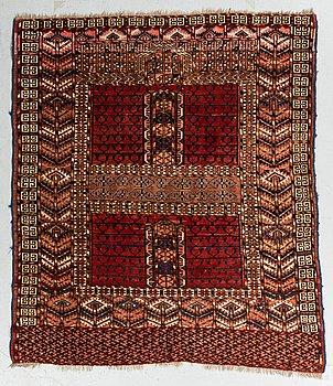 A rug, an Ensi, an antique Turkmen, ca 125-130 x 109,5-115 cm.