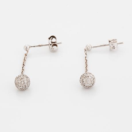 Örhängen, ett par, med diamanter.