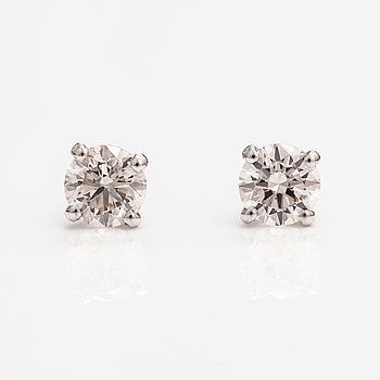 A pair of 14K white golde arrings with diamonds ca. 1.01 ct in total.