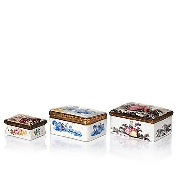 335. A set of three snuff boxes, 18th Century.