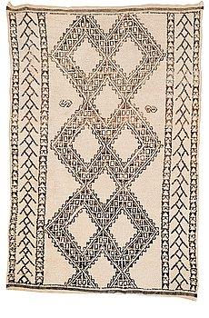 311. Matto, semi-Antique Morocco, probably Beni Ourain, ca 263,5 x 181,5 cm  (ca 8-10 cm flat weave at the ends).