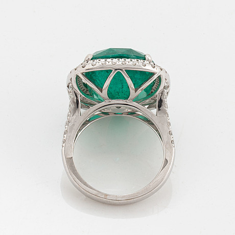 An 18k white gold ring set with a faceted emerald.