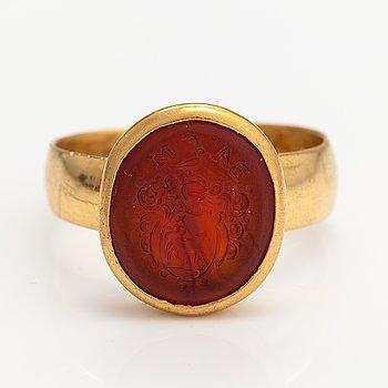 A 23K gold and carneol sinet ring. A.J. Wallin, Skelleftå 1921.