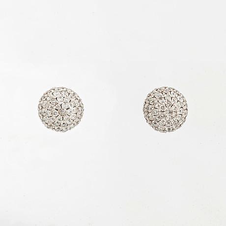 Örhängen klotformade med briljantslipade diamanter.