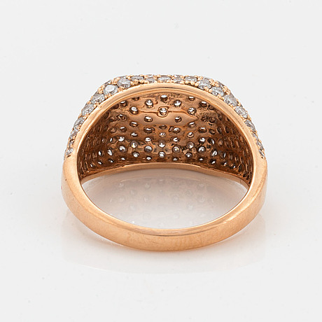 An 18k rose gold ring set with round brilliant-cut diamonds.