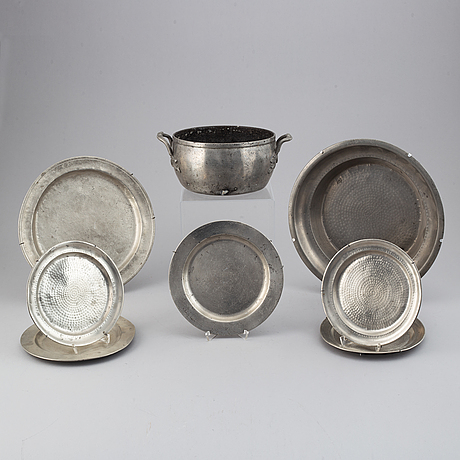 Eight pieces pewter.