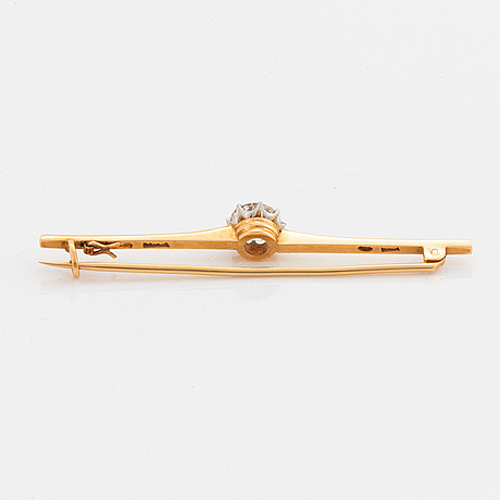 Brilliant-cut diamond brooch.