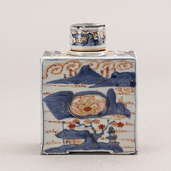 An imari tea caddy with cover, Qing dynasty, Kangxi (1662-1722).