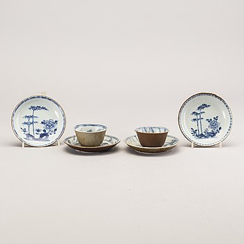 A set of two porcelain cups and saucers and two extra saucers, Qing dynasty, Kangxi (1662-1722).
