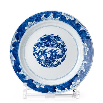 829. A blue and white dragon dish, Qing dynasty, Kangxi mark and period (1662-1722).