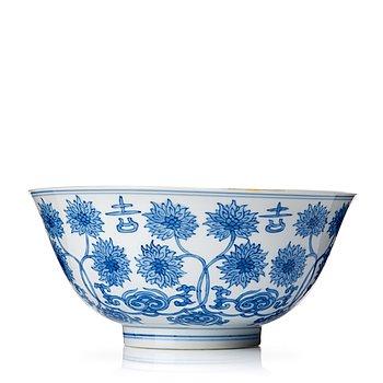 828. A blue and white lotus bowl, Qing dynasty, Kangxi (1662-1722).