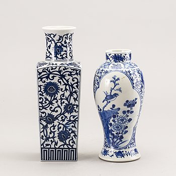 A set of two Chinese 19th/20th century porcelain vases.