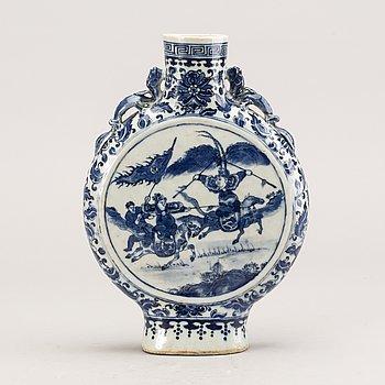 A porcelain moon vase/flask, Qing dynasty, Tongzhi (1862-1874).
