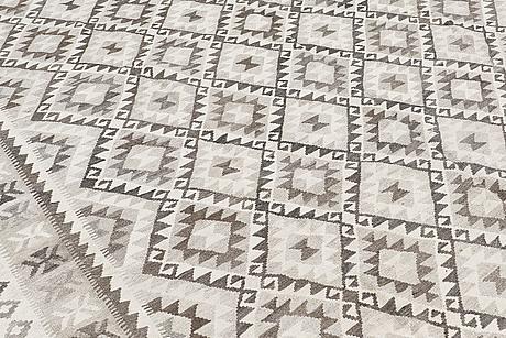 A carpet, kilim, ca 399 x 310 cm.