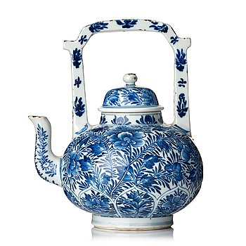 824. A large blue and white tea pot with cover, Qing dynasty, Kangxi (1662-1722).