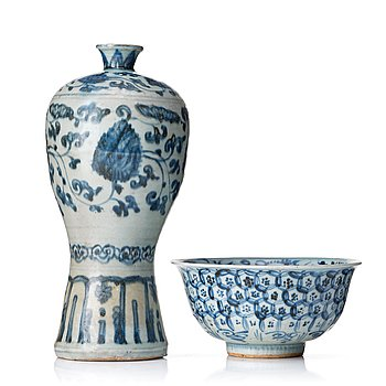 816. A blue and white Meiping vase and a bowl, 16th Century.