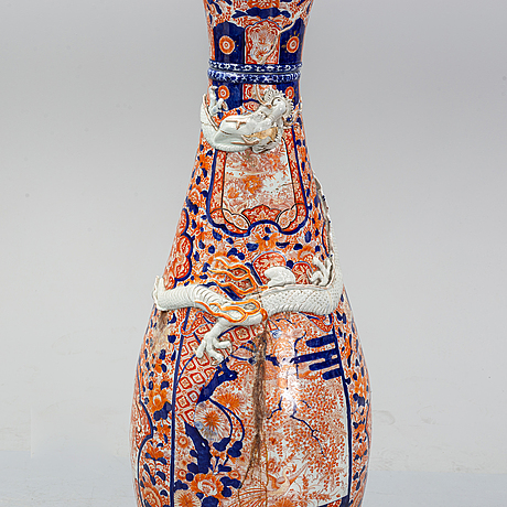 A large imari vase, meiji period (1868-1912).