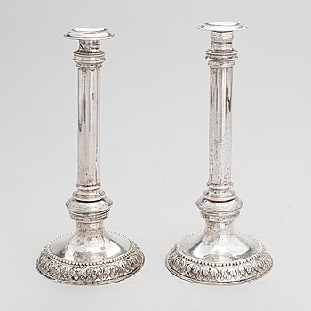 A pair of candlestick in low fineness silver, late 19th century.
