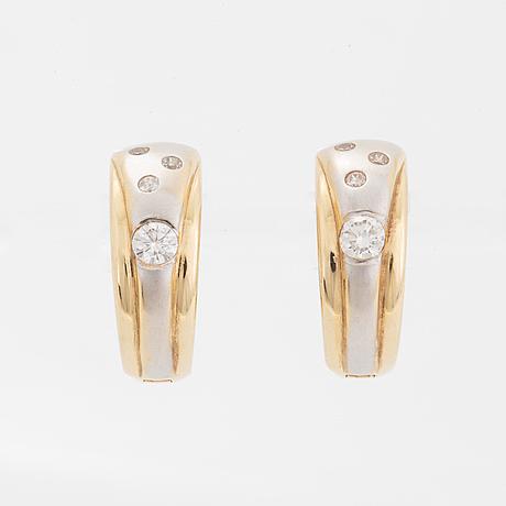 Örhängen, kreoler med briljantslipade diamanter.