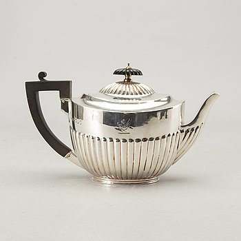 An English 19th century sivler tea pot marks of Walter & John Barnard,London 1881, total weight ca 480 gr.