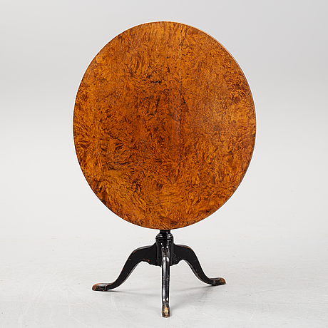 A drop leaf table, early 19th century.