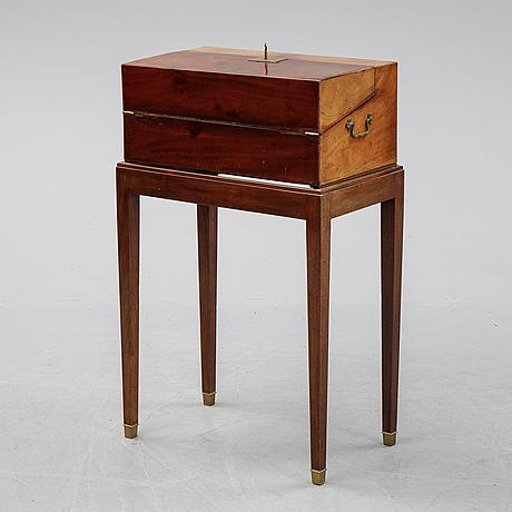 A mahogany travel casket, late 19th century.