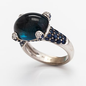 An 18K white gold ring with sapphires, a topaz and diamonds ca. 0.08 ct in total.