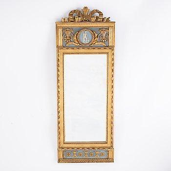 A late Gustavian mirror from around the year 1800. Förgylld och bronserad spegel med.