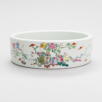 A Chinese Famille-Rose porcelain bowl, 20th century.