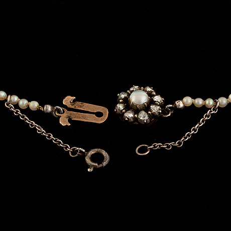 A cultured pearl necklace.