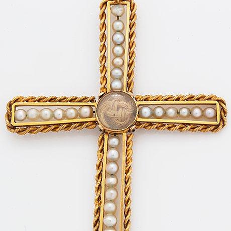 Kors 18k guld med pärlor och hårgömma samt kedja.