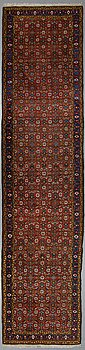 A runner, a semi-antique Western Iran, probably, ca 418 x 97-99,5 cm (as well as 1-1,5  cm flat weave at the ends).