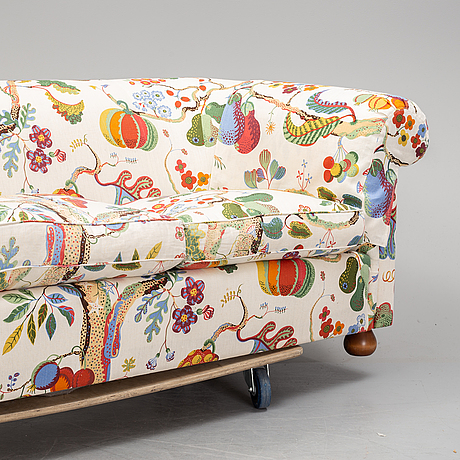 A josef frank model nr 584 sofa, firma svenskt tenn.