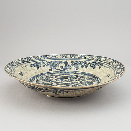 A blue and white dish, ming dynasty, swatow (1368-1644).
